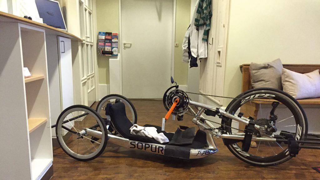 Rolli-Fahrer und Hamburg Marathon 2016, Handbiker – natürlich – im Stadthaushotel Hamburg
